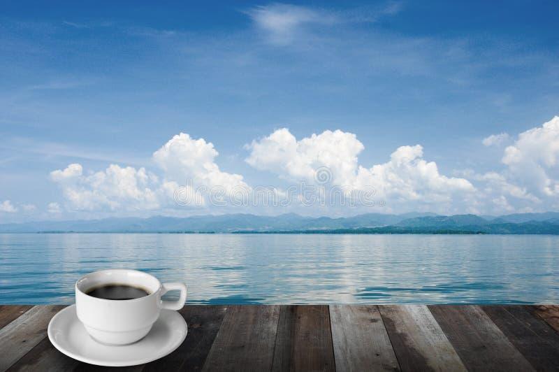 Koffie, berg, meer en blauwe hemel royalty-vrije stock foto's