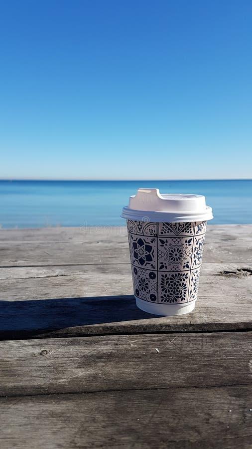 Koffie bij strand stock afbeelding