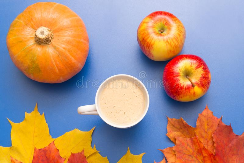 Koffie, bladeren en pompoen stock afbeeldingen