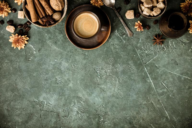Koffie, bloemen en kruiden op oude groene achtergrond stock foto's