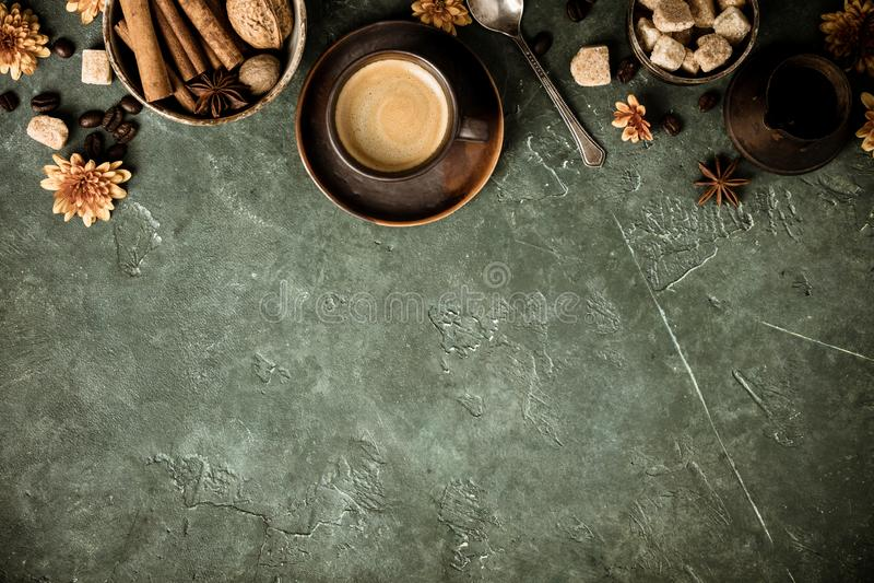 Koffie, bloemen en kruiden op oude groene achtergrond stock afbeelding