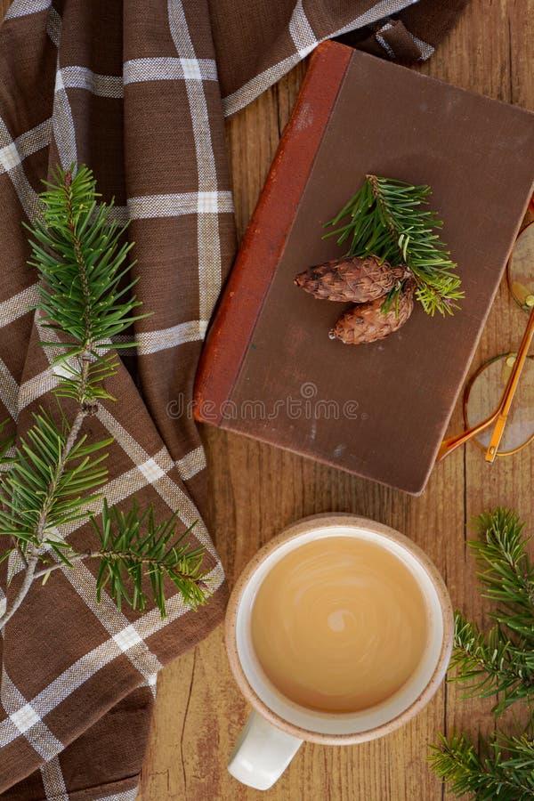 Koffie, boek en evergreens hoogste mening stock afbeelding