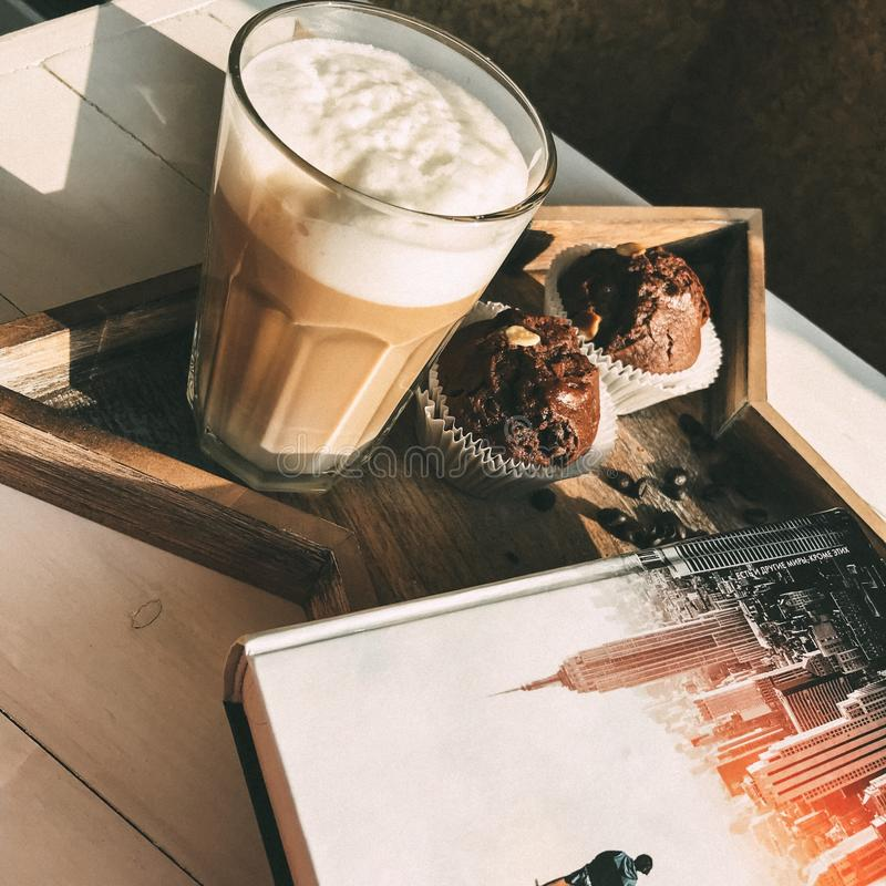 Koffie, boek en muffin - de beste remedie voor depressie stock afbeeldingen