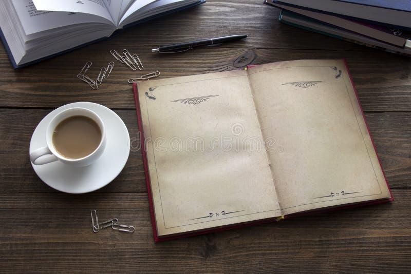 Koffie, boeken, een pen stock fotografie