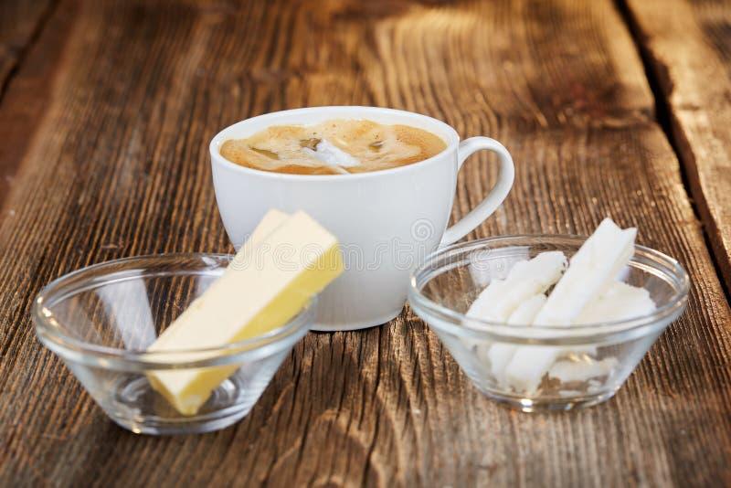 Koffie, boter en kokosnotenolie voor kogelvrije koffie stock afbeeldingen