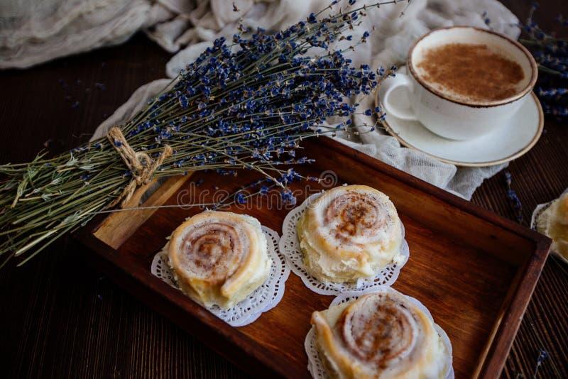 Koffie, cinnabon en lavendel stock afbeeldingen
