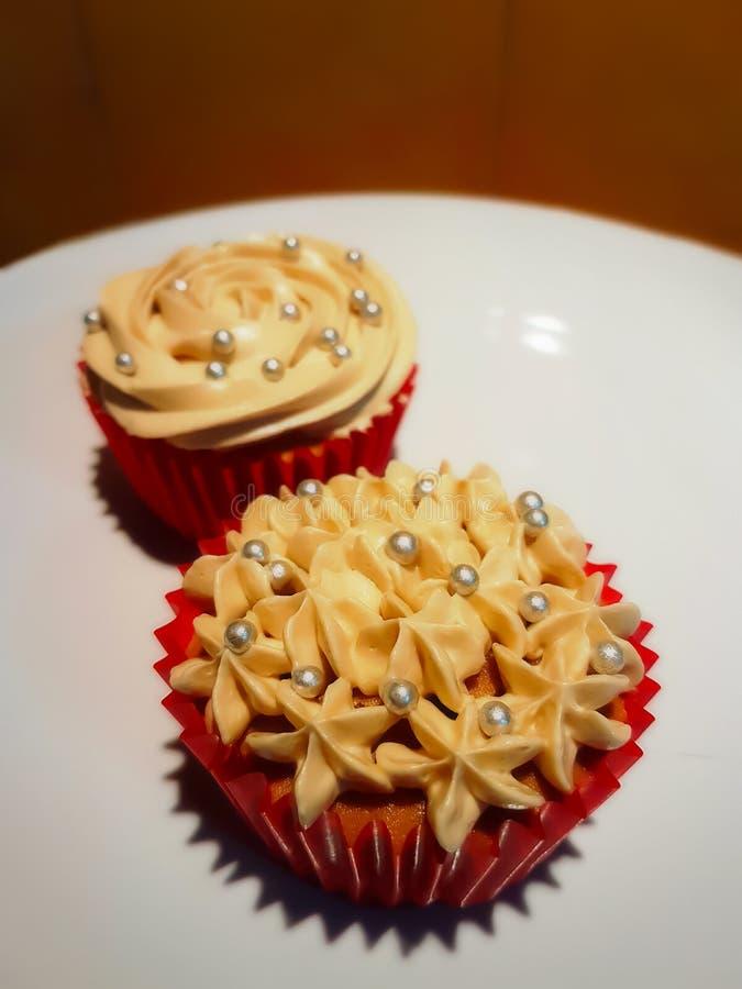 Koffie cupcakes in rode document koppen royalty-vrije stock afbeelding