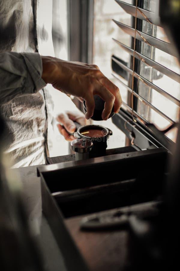 Koffie de constructeur van machines in de Zondag ochtend stock foto