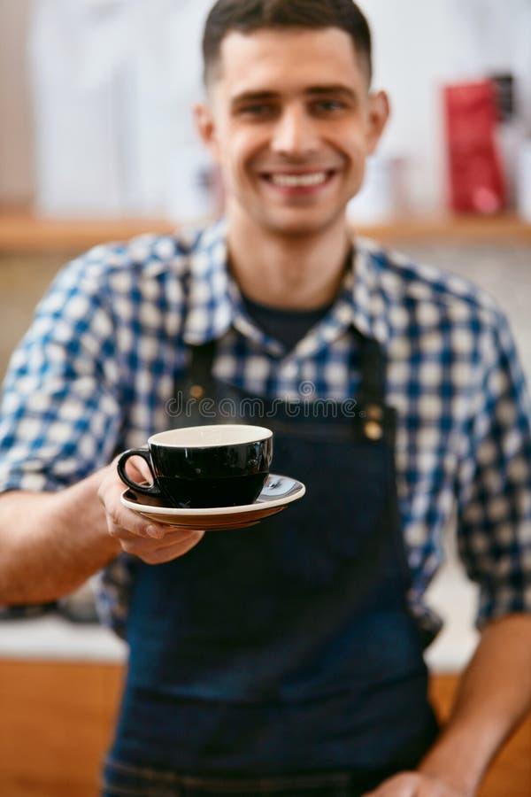 Koffie De knappe Koffie van Barista Holding Cup Of royalty-vrije stock afbeelding