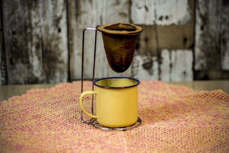 Koffie die in traditionele zeef worden overgegaan stock afbeeldingen