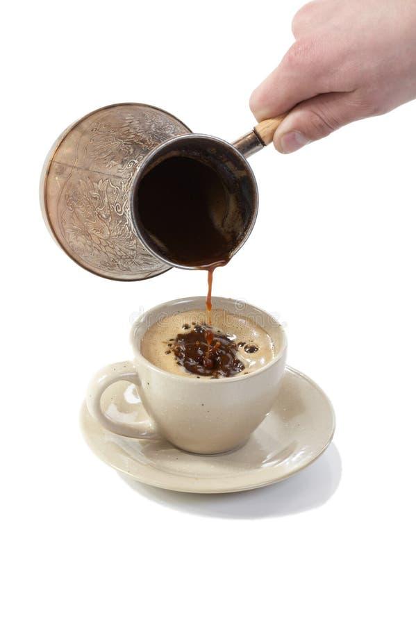 Koffie van koffiezetapparaat in kop wordt gegoten die royalty-vrije stock afbeeldingen