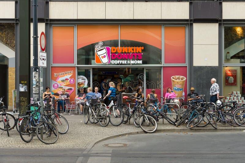 Koffie Dunkin Donuts op Alexanderplatz stock foto