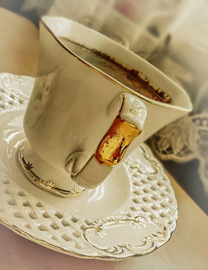 Koffie in een kop met een schotel stock fotografie