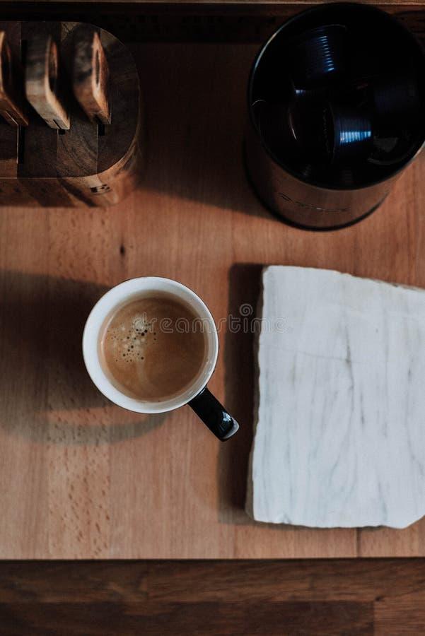Koffie in een kop op een houten oppervlakte stock afbeelding