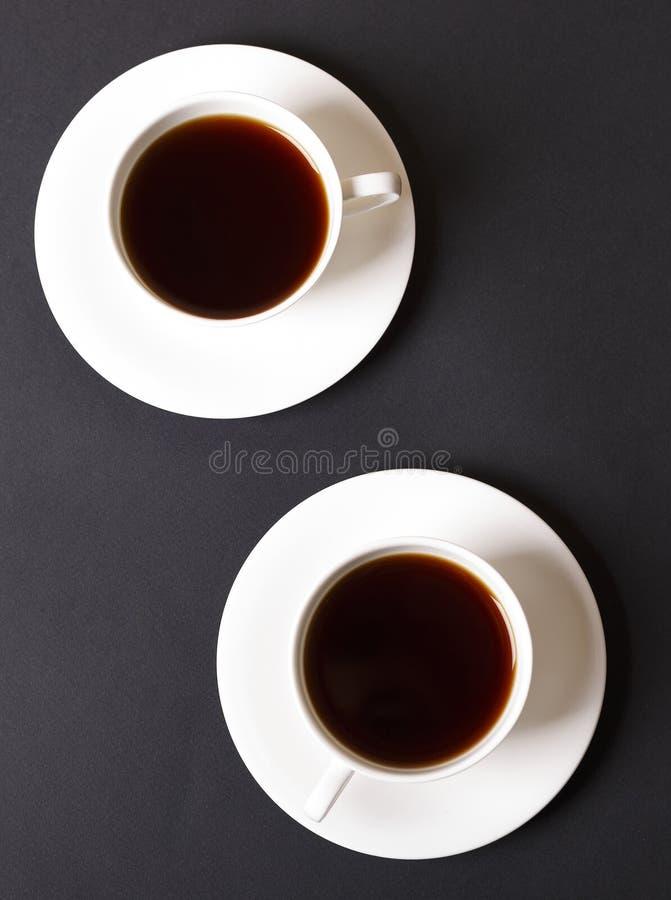Koffie in een kop tegen een donkere achtergrond royalty-vrije stock foto's
