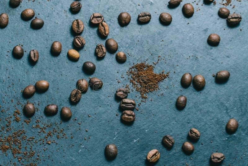 Koffie in een rasp op een donkere achtergrond met room stock afbeelding
