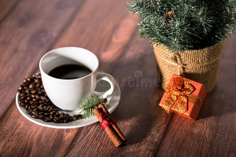 Koffie en ander Kerstmissymbool op de houten lijst royalty-vrije stock afbeeldingen