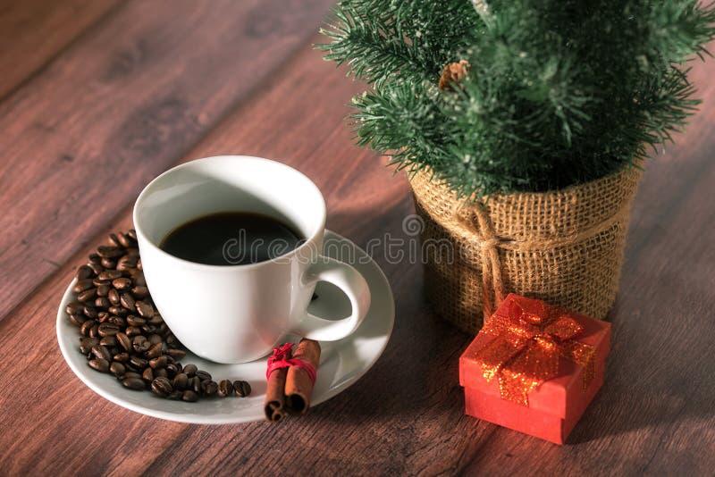 Koffie en ander Kerstmissymbool op de houten lijst royalty-vrije stock afbeelding