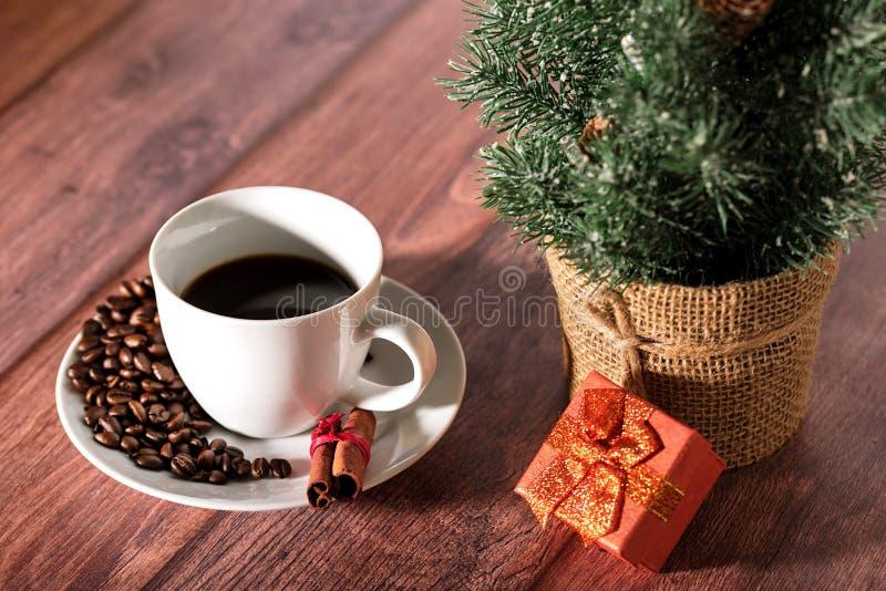 Koffie en ander Kerstmissymbool op de houten lijst stock afbeelding