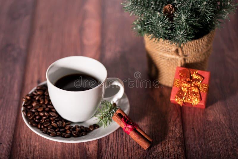 Koffie en ander Kerstmissymbool op de houten lijst stock foto's