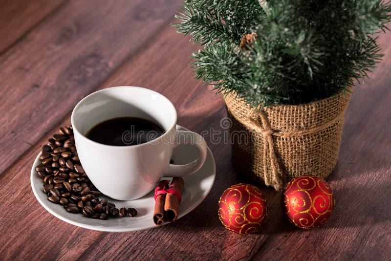 Koffie en ander Kerstmissymbool op een houten lijst royalty-vrije stock foto