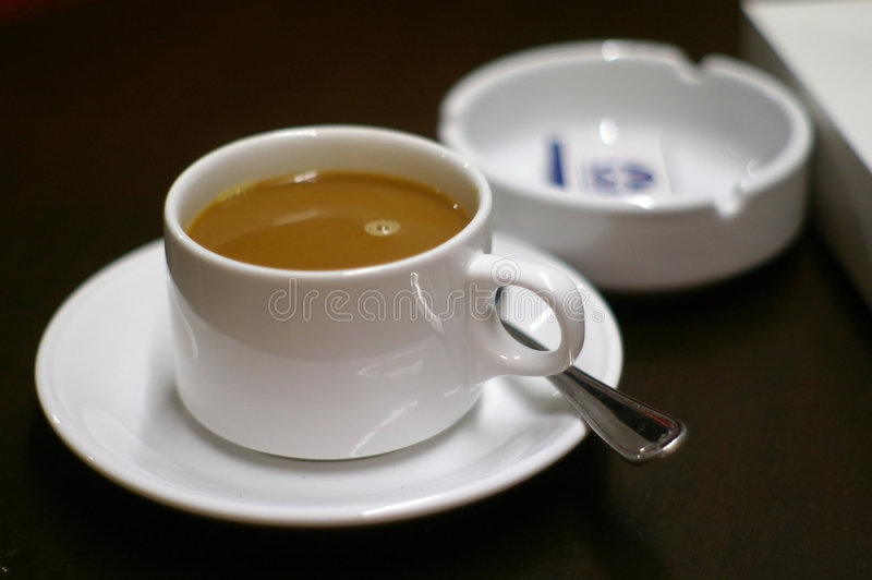 Koffie en Asbakje stock fotografie