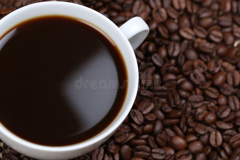 Koffie en bonen van hierboven stock fotografie
