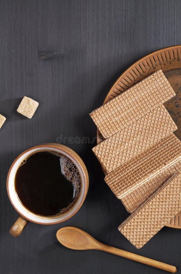 Koffie en chocoladewafeltjes stock afbeeldingen