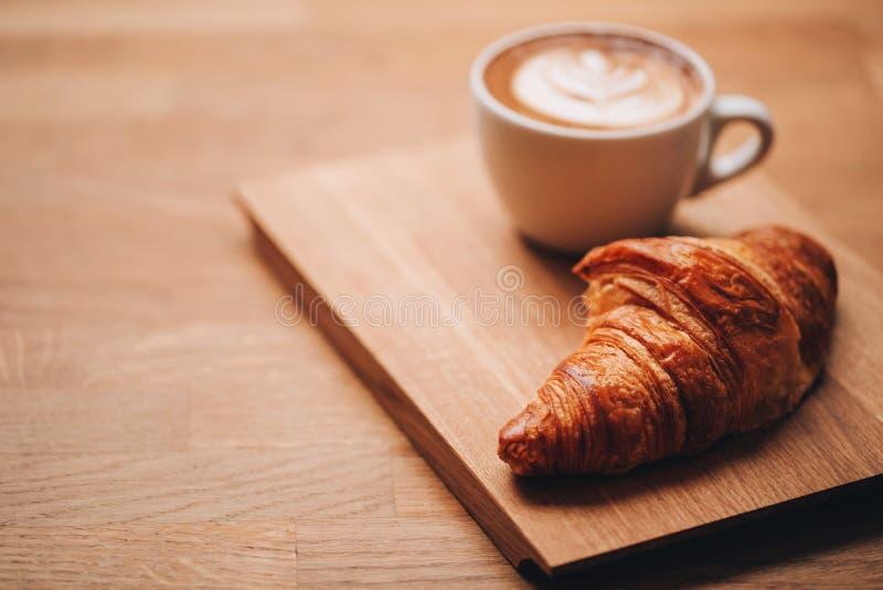 Koffie en Croissant stock foto's