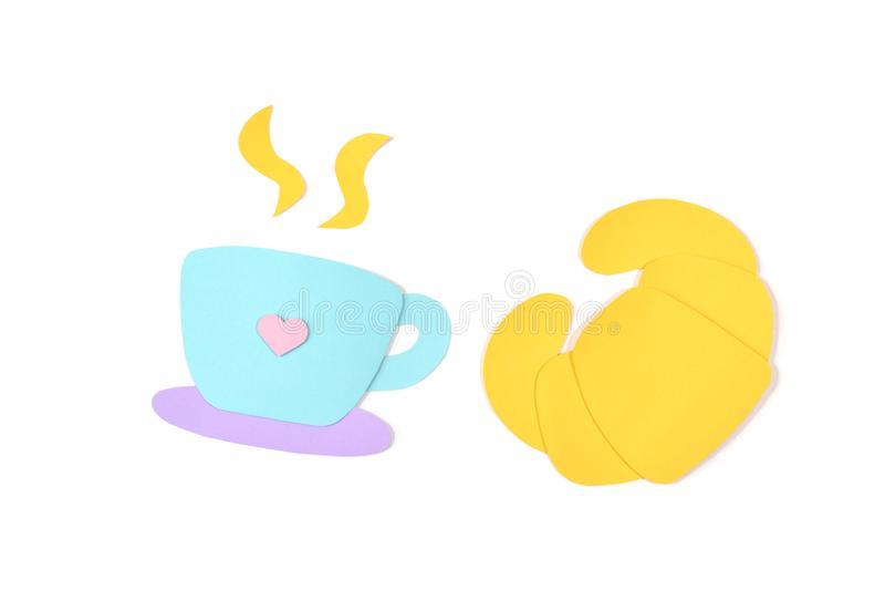 Koffie en croissantdocument op witte achtergrond wordt gesneden die stock fotografie