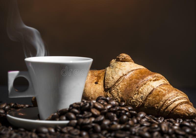 Koffie en croissantonderbreking stock afbeeldingen