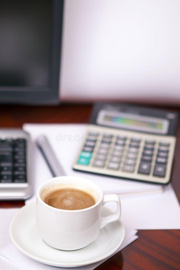 Koffie en de calculator stock afbeeldingen