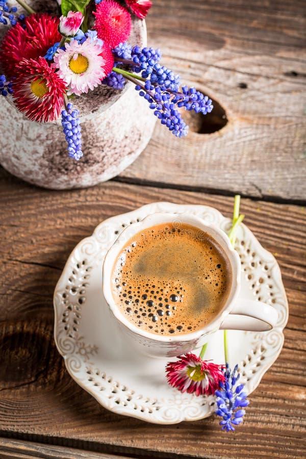 Koffie en de lentebloemen stock foto's