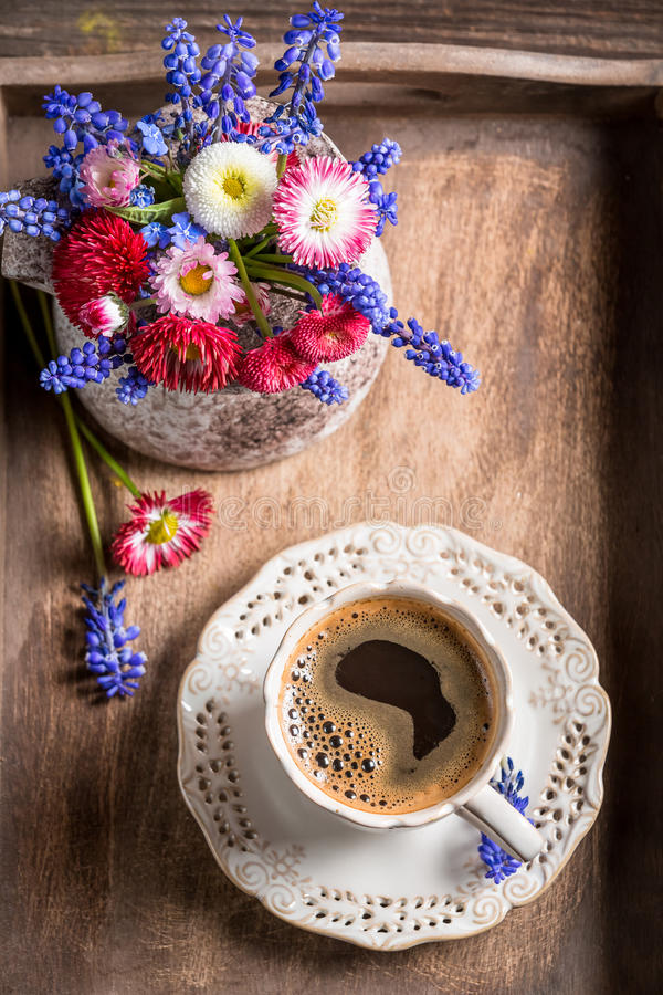 Koffie en de lentebloemen op oud houten dienblad royalty-vrije stock foto