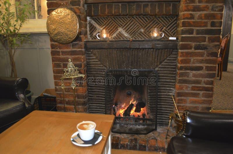 Koffie en een Comfortabele Open haard royalty-vrije stock afbeeldingen