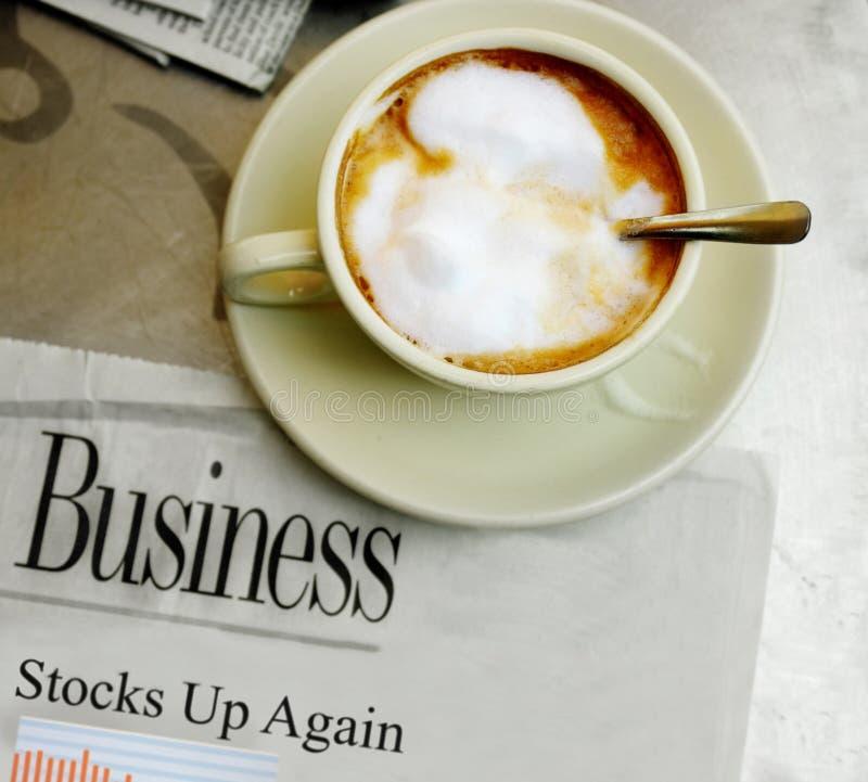 Koffie en goed effectenbeursnieuws stock foto