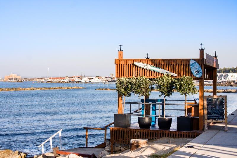 Koffie en huurpost bij de dijk, Paphos stock afbeeldingen