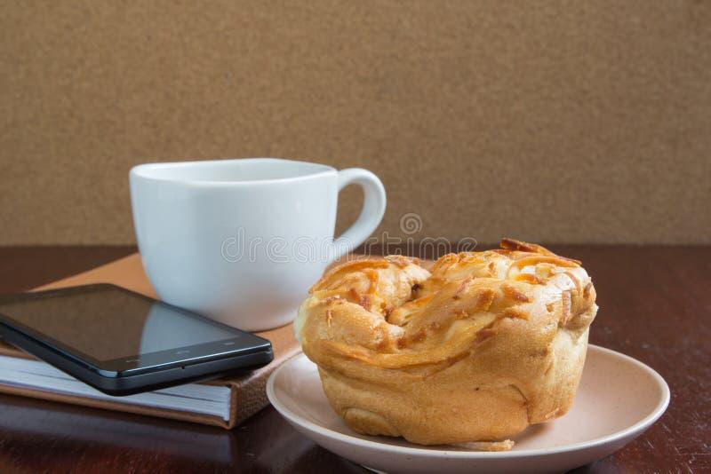 Koffie en krant op een houten lijst Kleine diepte van scherpte royalty-vrije stock afbeelding