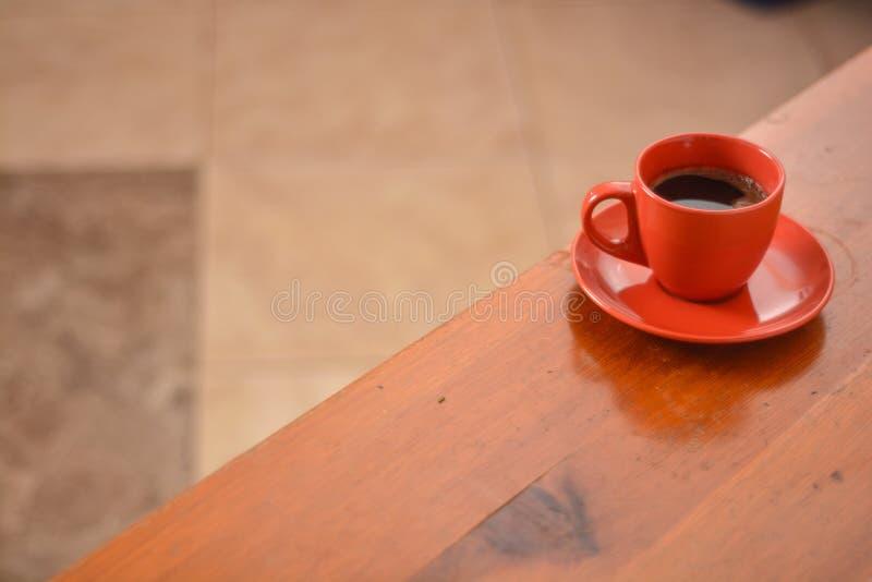 Koffie en krant op een houten lijst Kleine diepte van scherpte stock foto