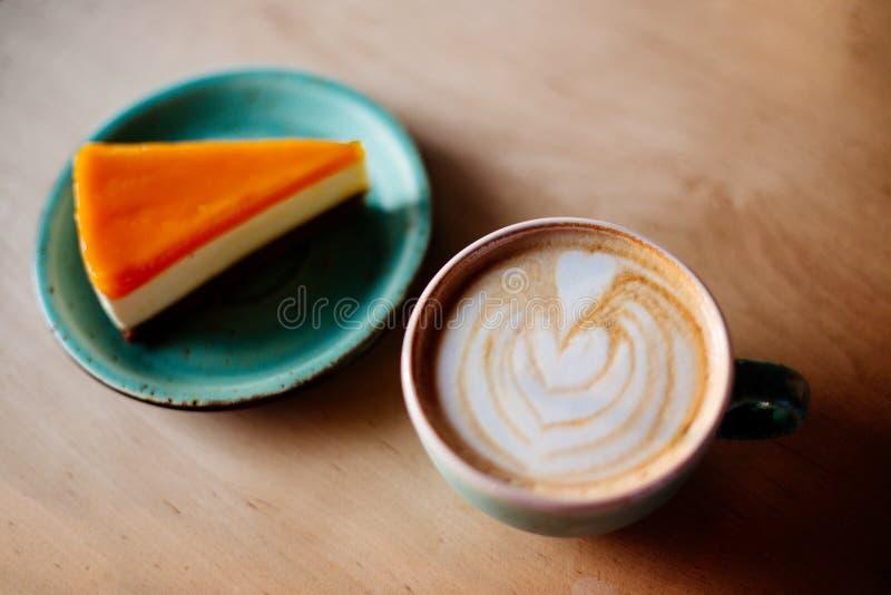 Koffie en mangokaastaart stock foto