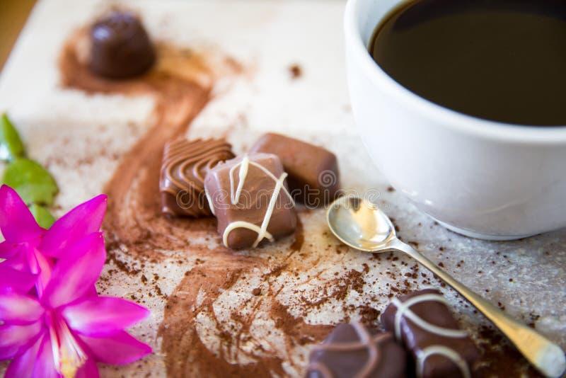 Koffie en melkchocola met roze bloem dichte omhooggaand stock afbeeldingen