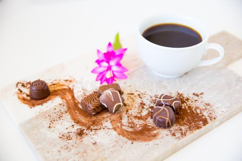 Koffie en melkchocola met roze bloem dichte omhooggaand royalty-vrije stock fotografie