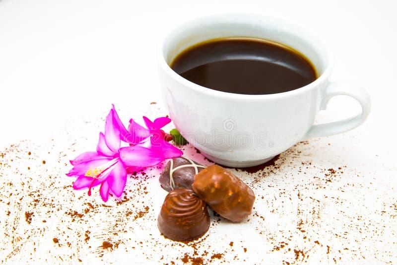 Koffie en melkchocola met roze bloem dichte omhooggaand royalty-vrije stock foto