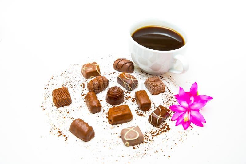 Koffie en melkchocola met roze bloem dichte omhooggaand royalty-vrije stock afbeeldingen