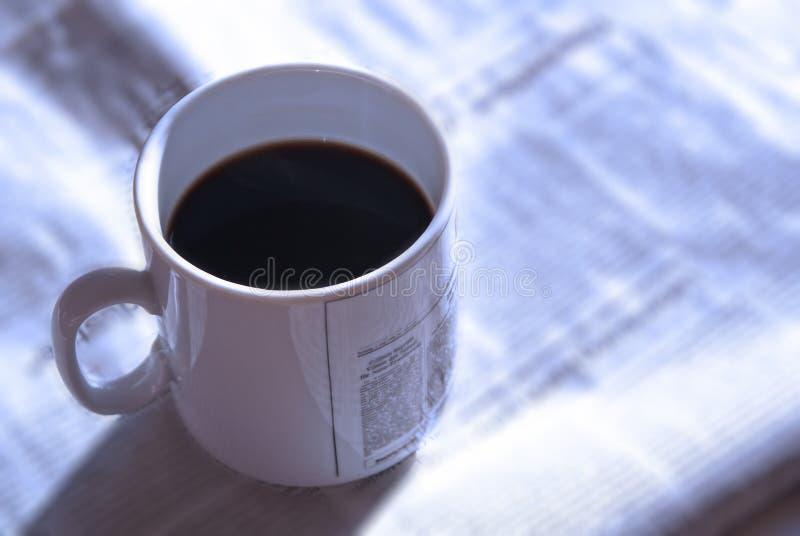 Koffie en nieuws 2 van de ochtend royalty-vrije stock foto's