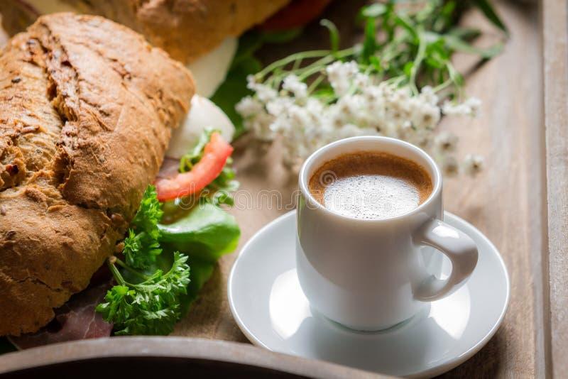 Koffie en sandwich voor ontbijt royalty-vrije stock fotografie