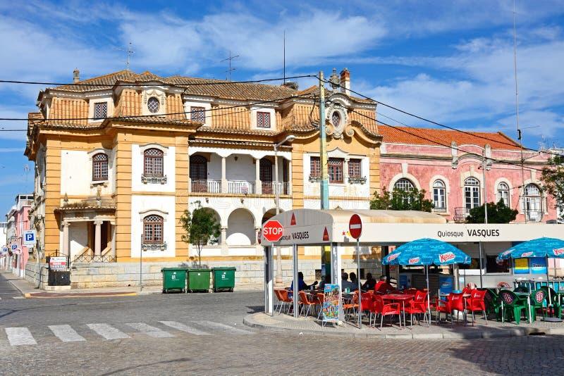 Koffie en stadsgebouwen, Vila Real de Santo Antonio stock foto