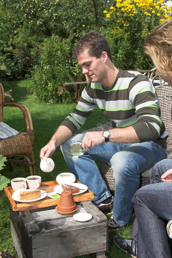 Koffie en thee in de tuin stock fotografie