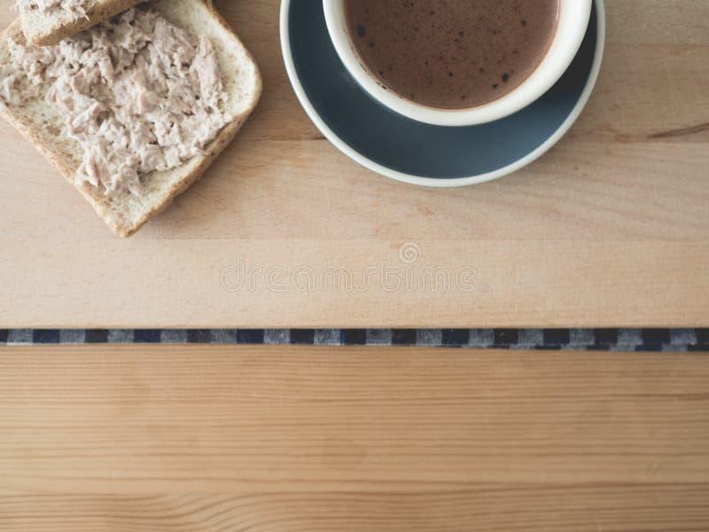 Koffie en tonijn de reeks van het sandwichesontbijt stock fotografie
