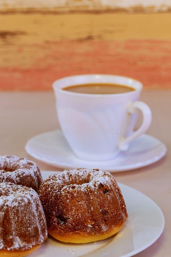 Koffie en van de zoete chocoladetoffee cake Een Kop van lattekoffie stock afbeelding